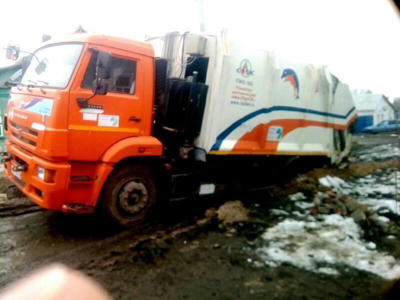 Распутица: мусоровоз «Управления отходами» провалился в «благоустройство» «Концессий водоснабжения»