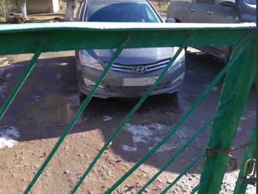 В Волжском водители устроили незаконную парковку у станции юннатов