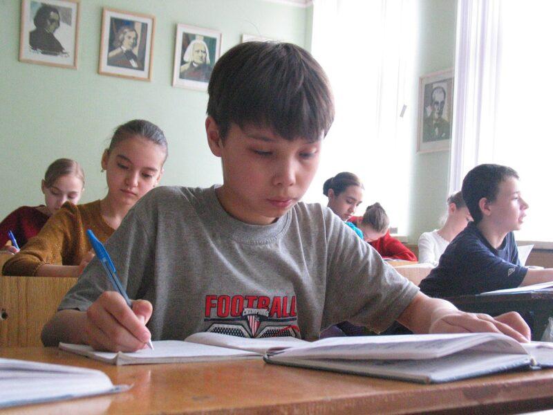 Родители волгоградских школьников не спешат переводить детей на дистанционное обучение