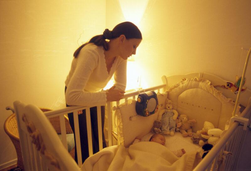 Волгоградка чуть не осталась без пособий с младенцем на руках из-за сбежавшего папаши