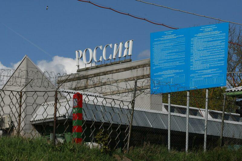 Россиянам с понедельника закроют проезд в Казахстан из-за коронавируса