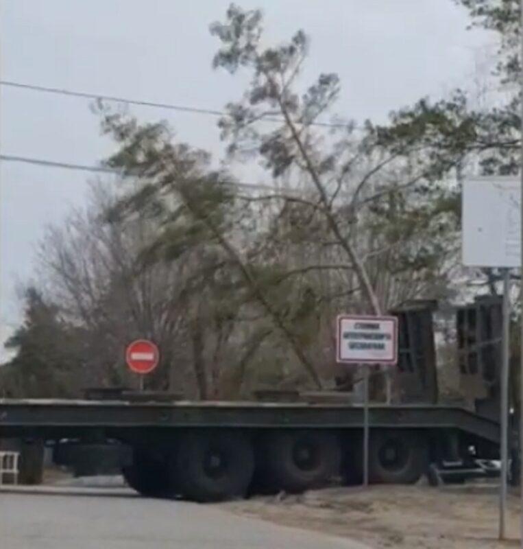 Военный КАМАЗ с корнем выдрал растущие на Мамаевом Кургане сосны