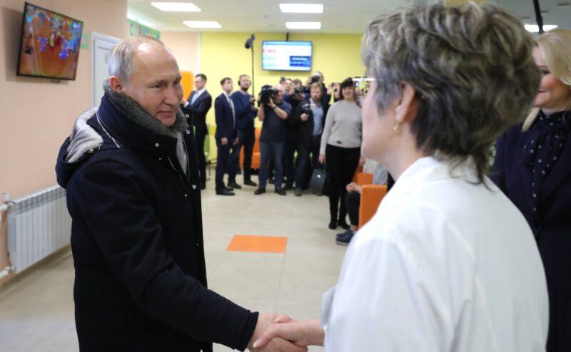 Путин призвал граждан с особым вниманием относиться к медикам