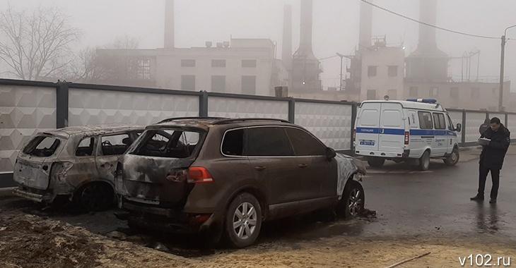 В Волгограде сгорели машины скандально известного владельца маршруток