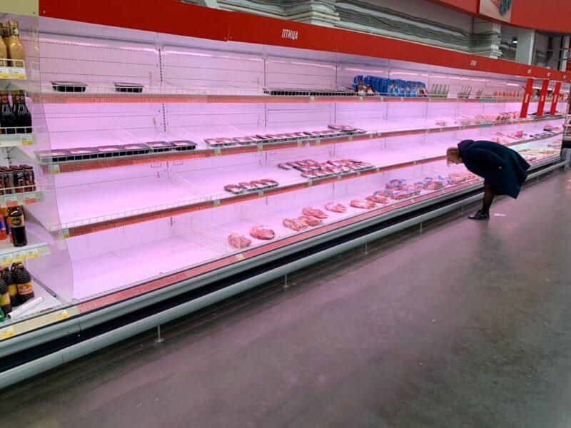 «Сами создают панику. Успокойтесь!»: волгоградцы «сметают» продукты с полок магазинов