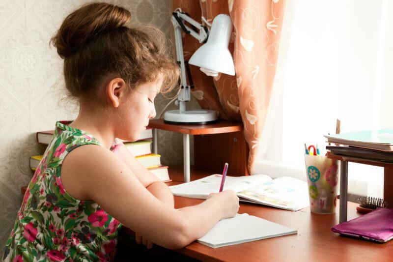 «Учимся до полуночи»: работающие родители младшеклассников не довольны режимом дня своих детей