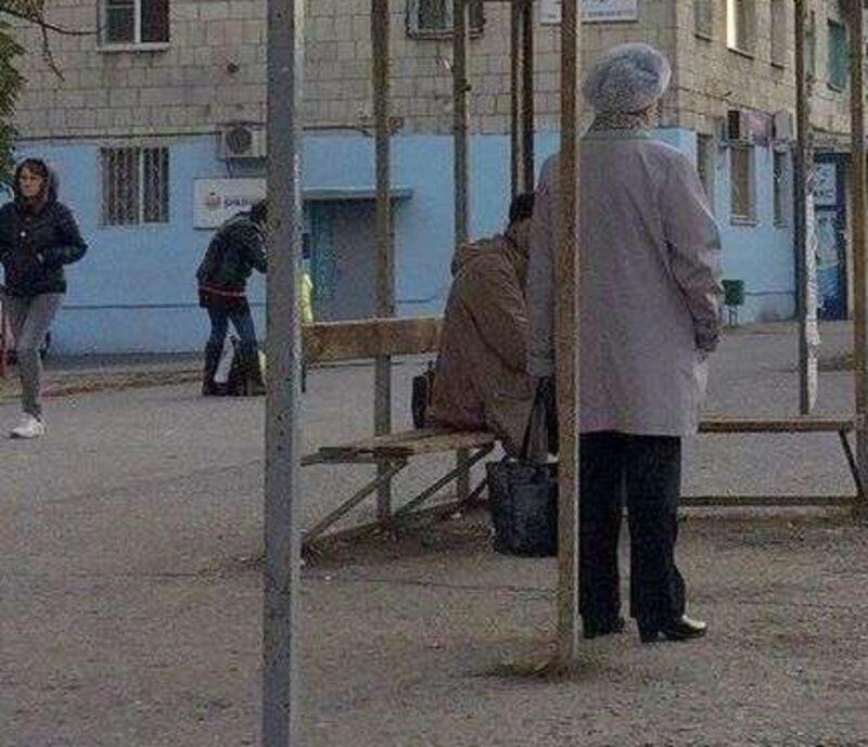 Неискушенные интернетом старики продолжают ждать автобуса на остановках