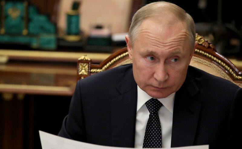 Путин назначил повышенные выплаты медработникам