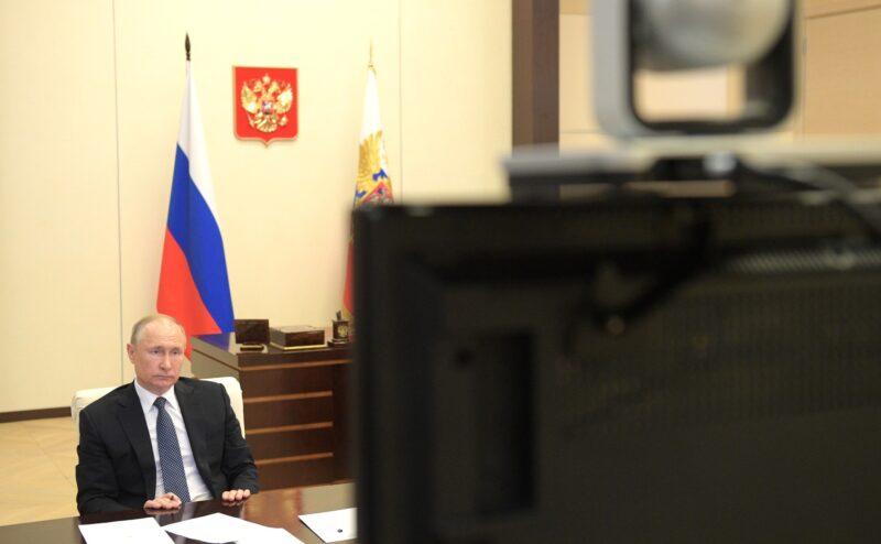 «Регионы отстают от Москвы на 3-4 недели»: Владимир Путин провел совещание о санитарно-эпидемиологической обстановке в России
