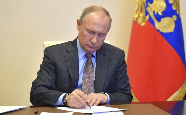 «Самим хватит?»: Владимир Путин рассказал, почему не привился от COVID