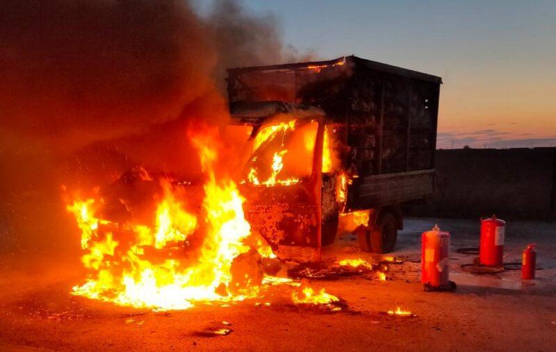 Под Волгоградом почти дотла сгорела «Газель» с живыми курицами