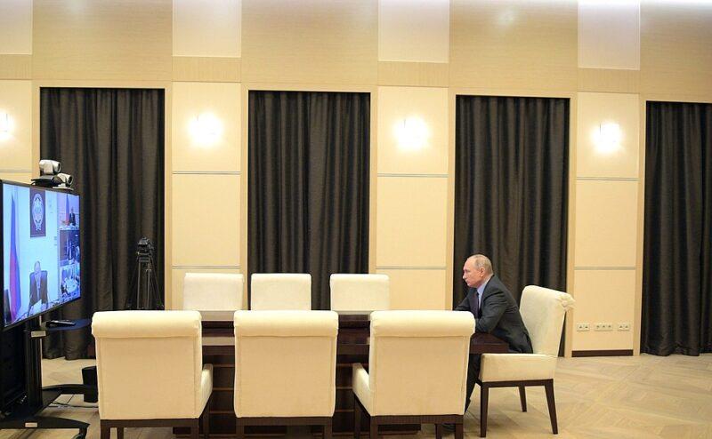 Путин назначил выплаты семьям с безработными и детьми