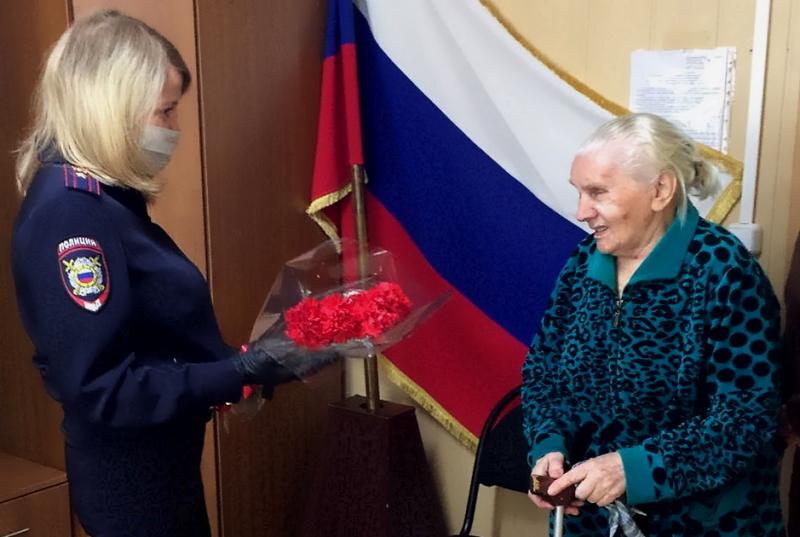 Под Волгоградом 90-летней пенсионерке помогли получить российское гражданство