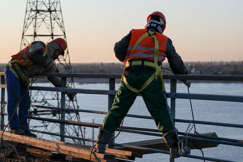 Рабочие демонтировали дорожное покрытие на Волжской ГЭС
