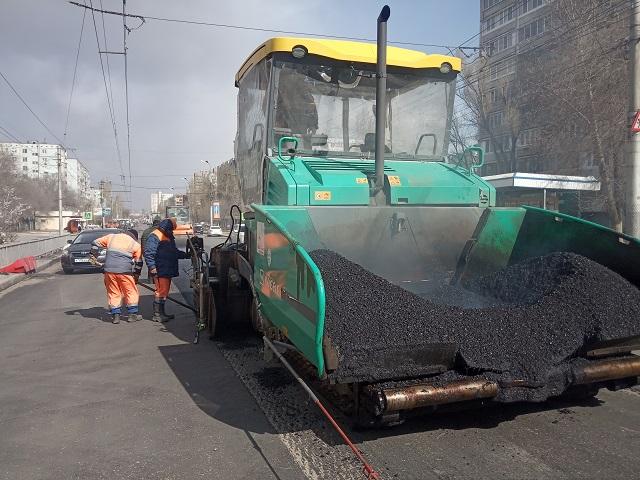 На улице Константина Симонова продолжаются дорожные работы