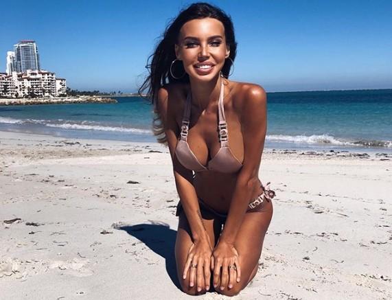 «Как всегда голая»: Оксану Самойлову пристыдили за публикации в купальниках