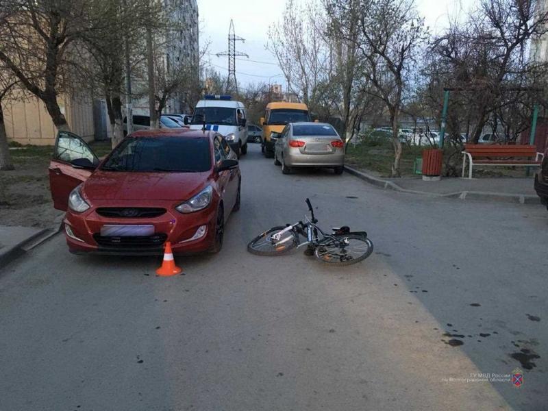 7-летний школьник угодил под колеса машины, катаясь по двору в разгар пандемии коронавируса