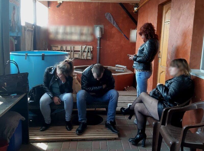 «Алкоголь без лицензии и проституция»: в Волгограде в банном комплексе нарушили не только режим самоизоляции