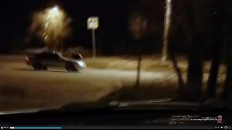 Прокатил пьяного друга на капоте — веселого водителя в Волгограде лишили прав (ВИДЕО)