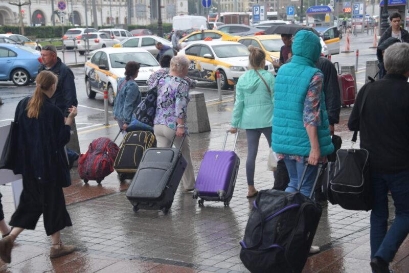 «Надевать браслет»: в Волгограде активист требует у губернатора ужесточить требования к приезжим