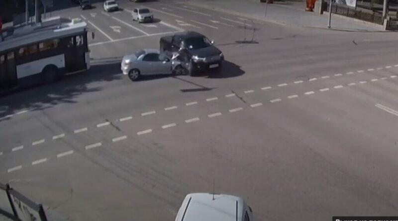 Столкновение «Toyota Hilux» и «Peugeot 206» в центре Волгограда попало на видео