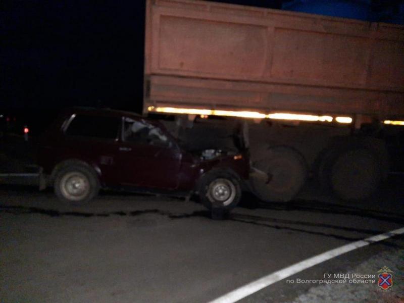 Под Волгоградом водитель «Нивы» погиб, заехав под «КАМАЗ»