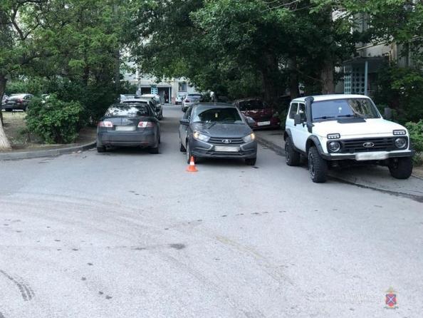 Школьницу на велосипеде прямо во дворе у дома сбил водитель «Лады»