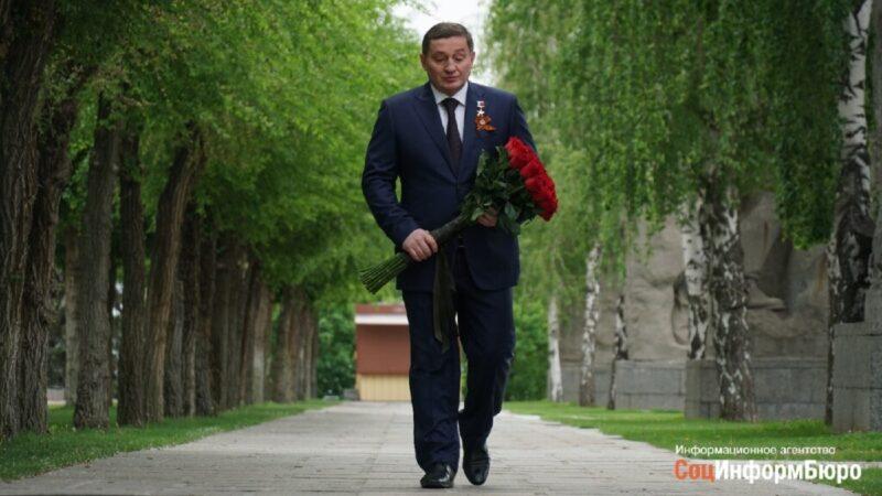 9 мая Андрей Бочаров от имени всех волгоградцев возложил цветы на Мамаевом кургане