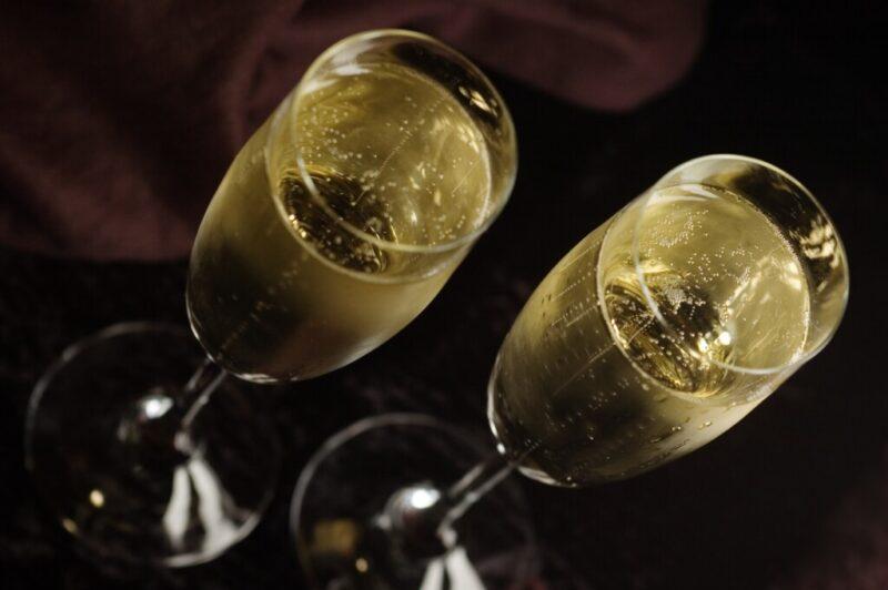 Россияне в пандемию перешли с водки на шампанское