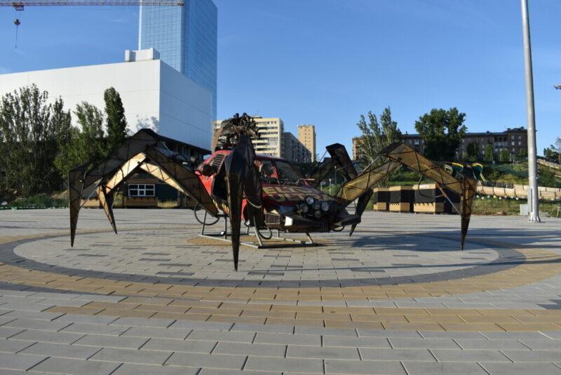 Гигантский паук в Волгограде зазывает горожан в новый киберпарк