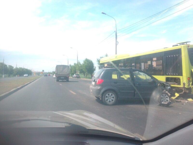 В Волгограде автобус с пассажирами протаранила легковушка