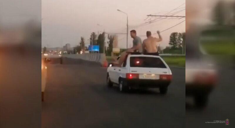 32-летним волгоградцам не удалось без последствий покататься на крыше ВАЗа