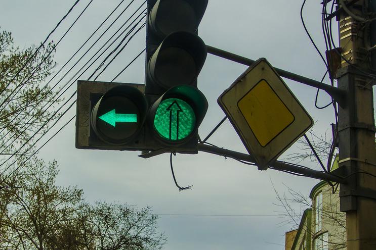 На улице Рабоче-Крестьянской ветер почти уронил светофор