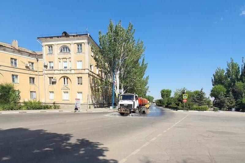 От аномальной жары спасают дороги в Волжском
