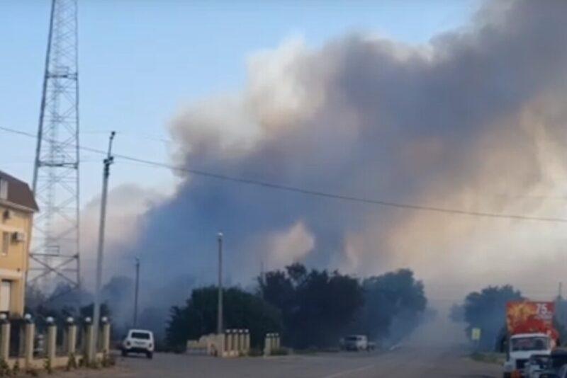 Под Волгоградом жилые дома спасают от страшного пожара (ВИДЕО)