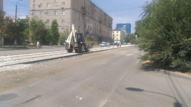 На трамвайных путях в Ворошиловском районе все еще продолжается ремонт