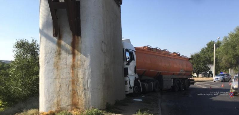 Фура с цистерной влетела в опору моста через Волго-Донской канал в Волгограде
