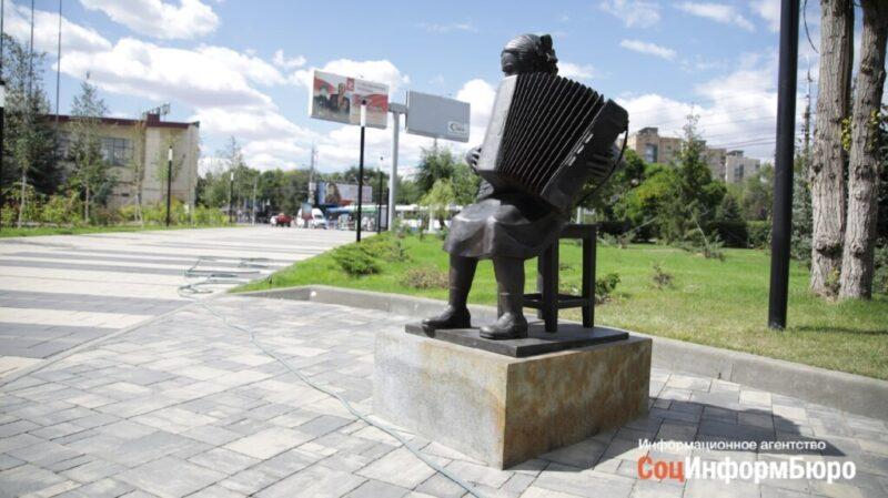 «Девочка с аккордеоном» в сквере Пахмутовой «пошла ржавыми пятнами»