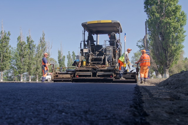 На улице Бахтурова в Волгограде обновили дорогу