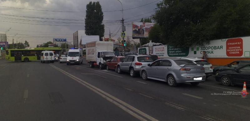 «Отказали тормоза»: 7-летний мальчик оказался в больнице из-за столкновения семи машин в Волгограде