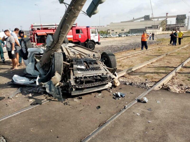 У трубного завода в Волжском в жуткой аварии разбился водитель иномарки (ВИДЕО)