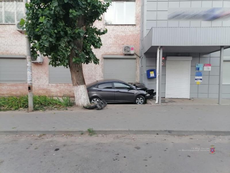 36-летняя женщина на «Солярисе» протаранила административное здание в Жирновске