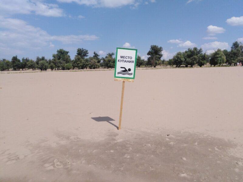 Обещанное благоустройство пляжа на Сарпинском ограничилось табличками «Место купания»