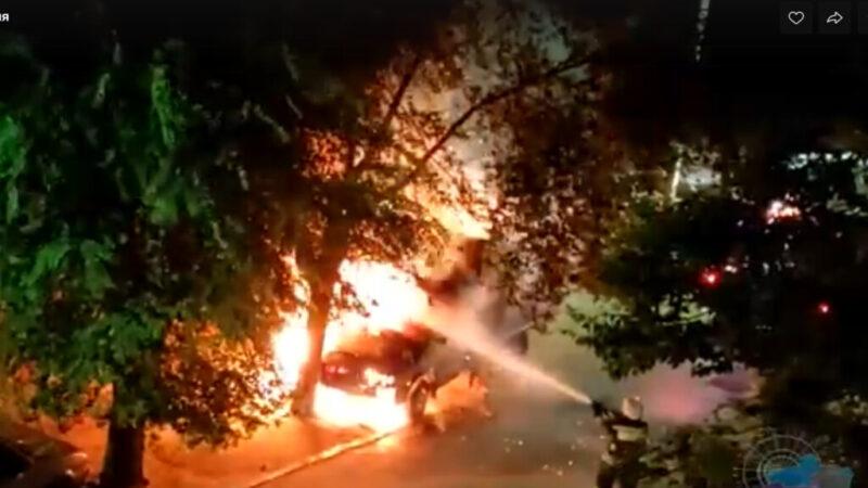 Во дворе дома в Волжском сгорела облитая кислотой «ГАЗель»