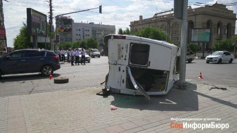 В центре Волгограда маршрутка с пассажирами перевернулась после столкновения с легковушкой без ОСАГО