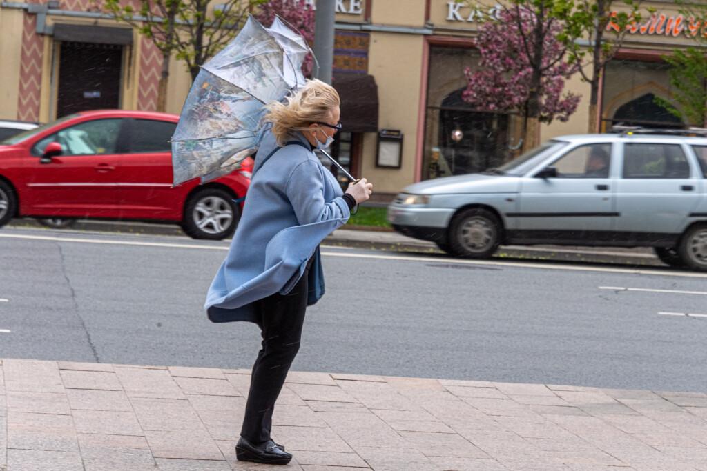 В Дзержинском районе ветер обрывает провода