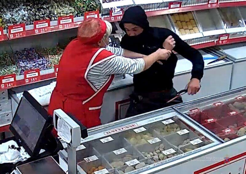 Продавец отбилась от грабителя банкой консервы, но не отбила деньги