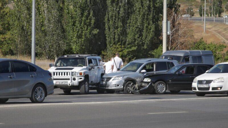 «Явно что-то не поделили»: пять машин столкнулись у «Волгоград Сити»