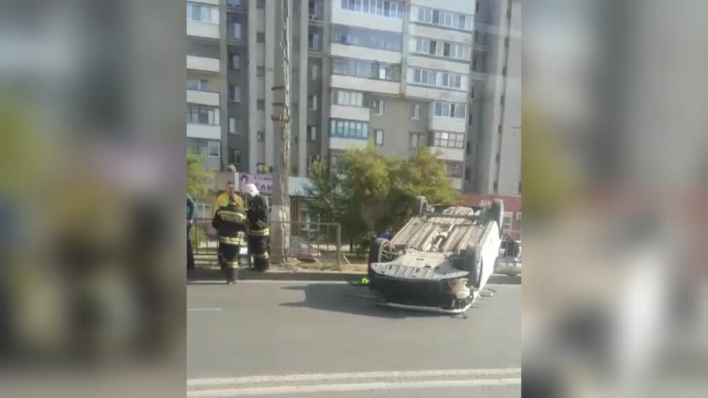В Волгограде на крышу перевернулась легковушка