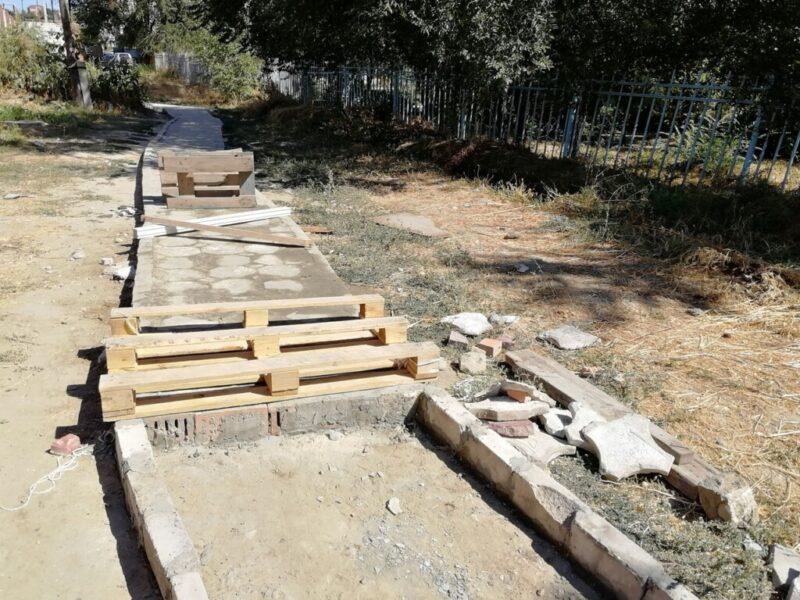 Пока администрация делала проект дорожки до детского сада, мамы дошколят построили ее сами